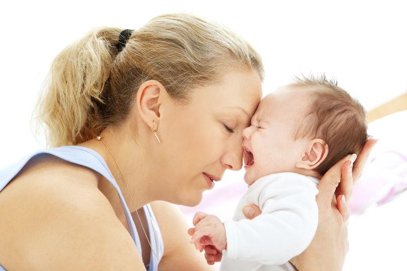 Мама успокаивает новорожденного