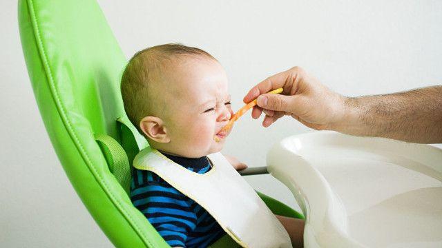Малыш корчится от еды