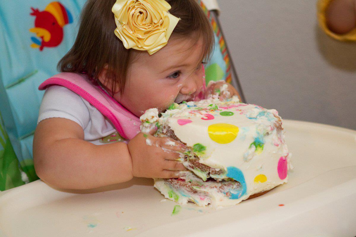 Девочка ест руками торт