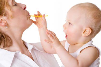 Малыш кормит маму