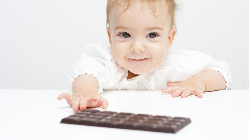 Малыш тянется к шоколадке