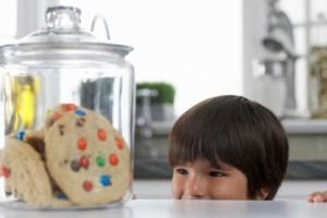 Печенье в банке и ребенок