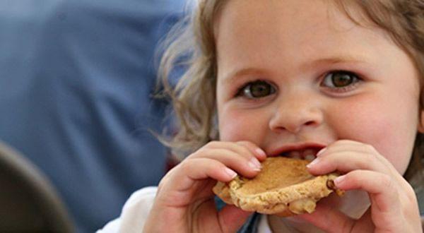 Девочка ест печенье