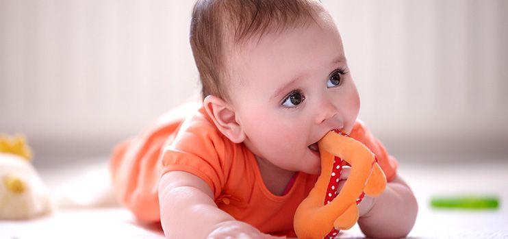 Малыш в оранжевой футболке