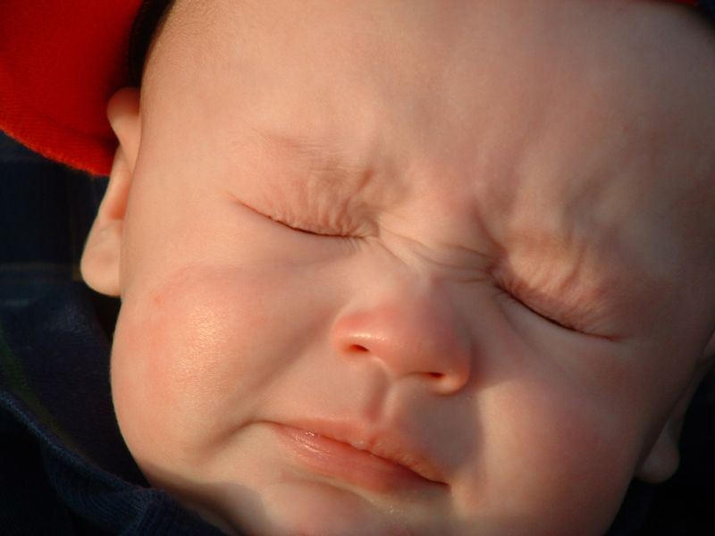 малыш тужится