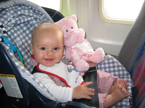 грудничок в авиакресле