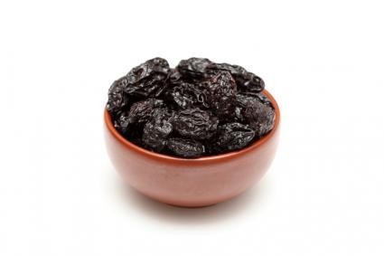 чернослив в красной тарелке