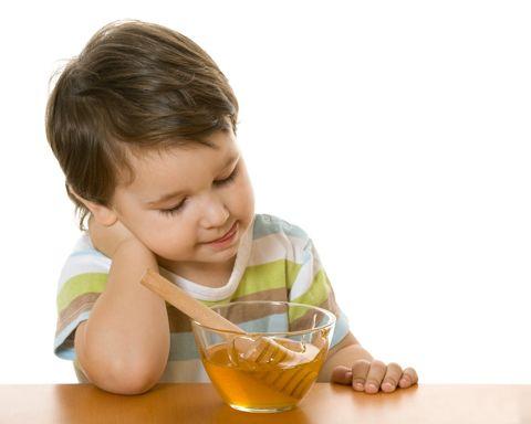 малыш смотрит на мед