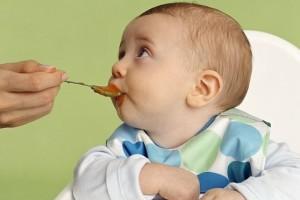 грудничок ест пюре