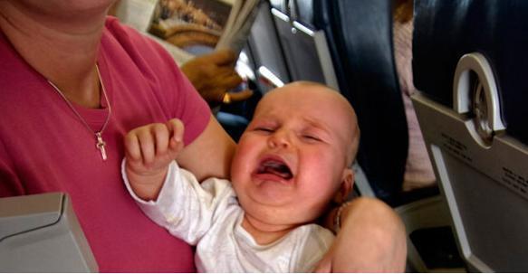 малыш плачет в самолете