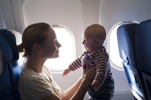 ребенок с мамой в самолете
