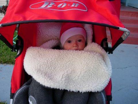 ребенок в красной коляске