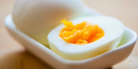 Когда грудничку можно предложить куриное и перепелиное яйцо?