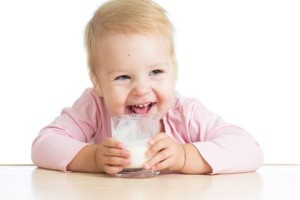 ребенок пьет кефир