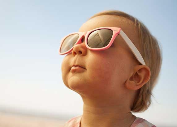 малыш в солнечных очках