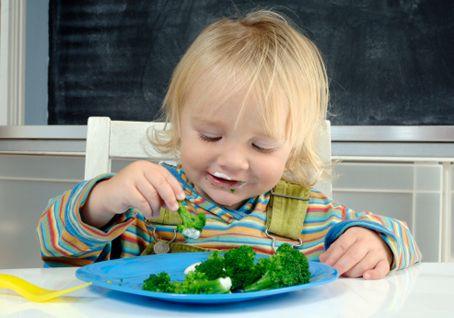 девочка ест брокколи