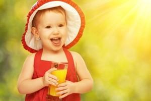 Девочка в красном с соком