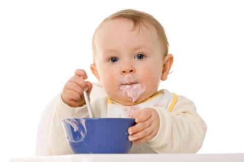 грудничок ест йогурт