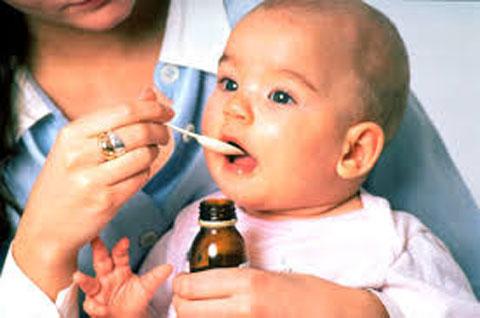 грудничок принимает лекарство