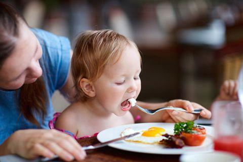 ребенок ест яичницу