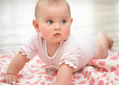 малыш на полу