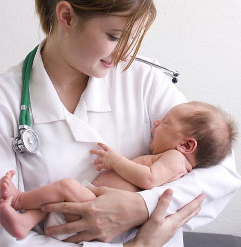 новорожденный на руках у доктора