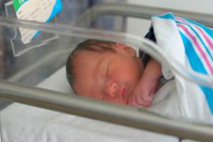 новорожденный в боксе