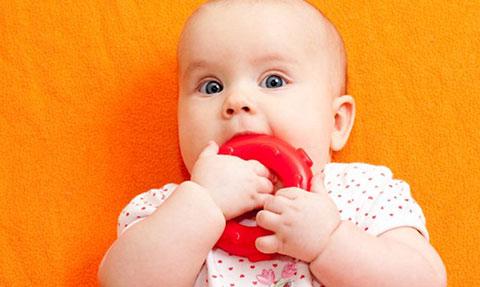 прорезыватель для зубов у девочки