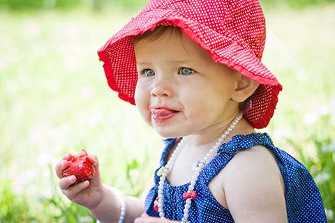 Ягодный прикорм для грудничка: можно ли малышу клубнику, малину, смородину, крыжовник, вишню, чернику и другие ягодки?