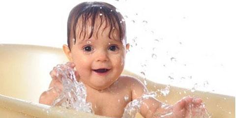 малыш брызгается в ванной