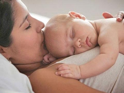 грудничок спит на маме
