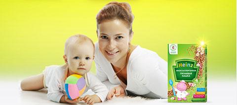 мама и ребенок с коробкой heinz