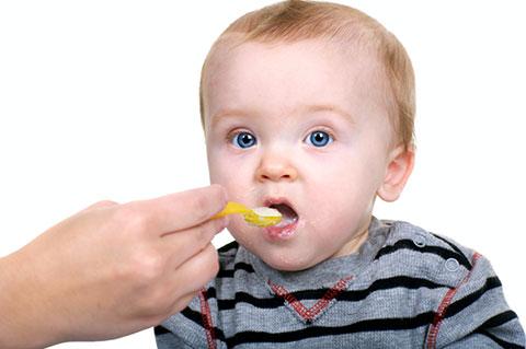 малыш кушает кашу