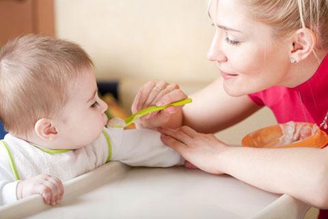 кормление ребенка из ложки