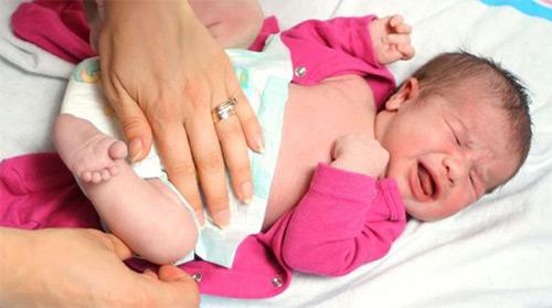смена подгузника малышу