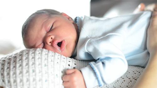 ребенок спит на маме