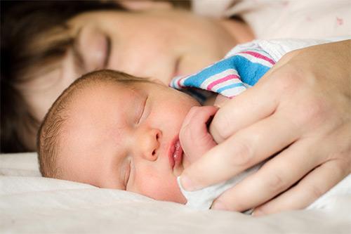 сон грудничка с мамой