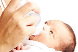 кормление из бутылочки грудничка