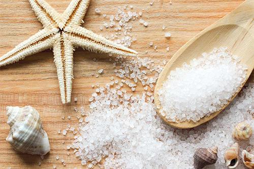 Можно ли грудничкам принимать ванны с морской солью грудничкам? Польза от процедуры, основные правила поведения, дозировка, советы врачей