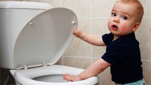 Как родители могут помочь новорожденному малышу самостоятельно сходить в туалет?