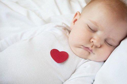 грудничок в пижаме с сердцем