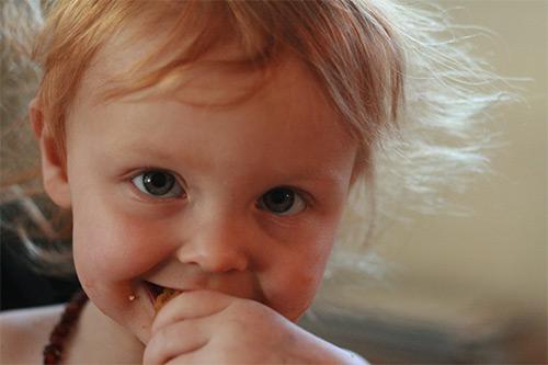ребенок ест мандарин