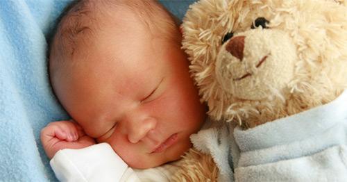 малыш с медведем спит