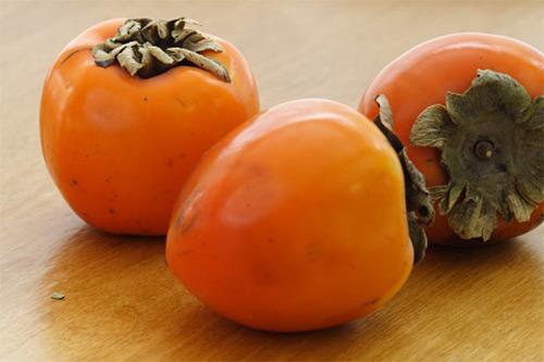 Разрешено ли кормить детей до года хурмой? Когда ребенка можно познакомить с этой ягодой?
