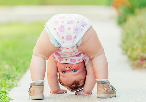 ребенок стоит на голове
