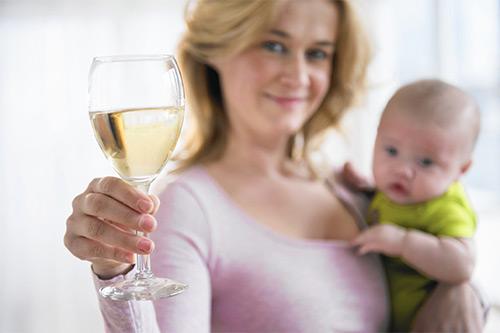 Разрешено ли маме, которая кормит малыша грудью выпить бокал шампанского? Через какое время алкоголь полностью выводится из грудного молока?
