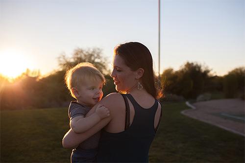мама с ребенком на закате