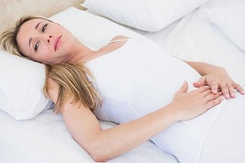 Причины появления запоров у женщин, кормящих грудью, и способы борьбы с ними: медикаментозное вмешательство, народные методы, физические упражнения