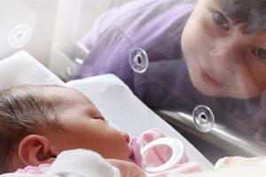 малыш в инкубаторе