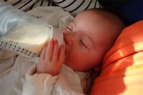 грудничок кушает из бутылочки
